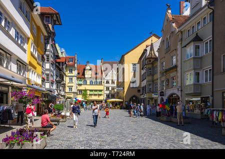 Das Leben auf der Straße Szene auf die Maximilianstraße in der Altstadt von Lindau im Bodensee, Bayern, Deutschland, Europa. Stockbild