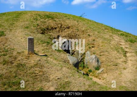 Die megalithischen Passage Grab von König Asger (Kong Asgers Hoj) auf der westlichen Insel Moen, Dänemark, Skandinavien, Europa. Stockbild