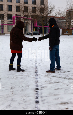 2 Personen Händeschütteln auf dem Gelände der alten Mauer, Leipziger Platz Stockbild