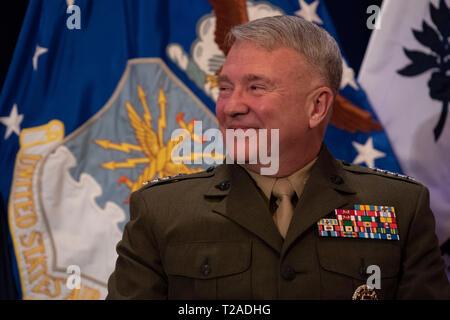 Marine Corps Gen. Frank McKenzie lächelt während der Zeremonie als neuer Kommandeur des US Central Command Macdill Air Force Base am 29. März 2019 in Tampa, Florida. McKenzie gelungen Gen. Joseph L. Votel als Centcom Kommandant, wie Votel nach 39 Jahren Service zurückgezogen. Stockbild