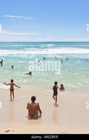 Koggala Beach, Sri Lanka, Asien - Dezember 2015 - Einheimischen und Touristen in Koggala Beach ihre Freizeit im Stockbild