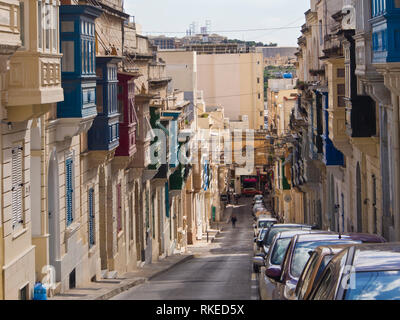 Außen in St. Julian's Malta typischen bunten überhängenden Balkonen in oft steil bergab Straßen Stockbild