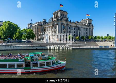 Fluss-Kreuzfahrt-Boot an der Spree vor dem Reichstagsgebäude, Mitte, Berlin, Deutschland Stockbild