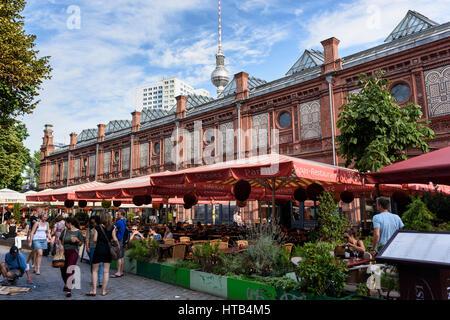 Berlin. Deutschland. Open-Air-Cafés & Restaurants am Hackescher Markt. Stockbild