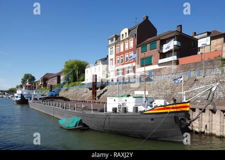 Barge an der Hafenpromenade, Duisburg-Ruhrort, Duisburg, Ruhrgebiet, Nordrhein-Westfalen, Deutschland Ich Binnenschiff der Hafen Promenade, Duisburg Stockbild