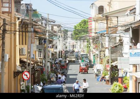 Galle, Sri Lanka, Asien - Dezember 2015 - Einheimische, Touristen und Autos in der Einkaufsstraße von Galle Stockbild