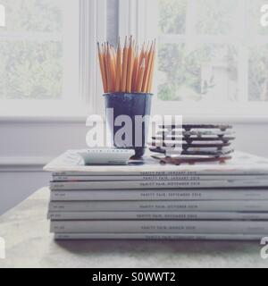 Bleistifte auf Stapel Zeitschriften Stockbild