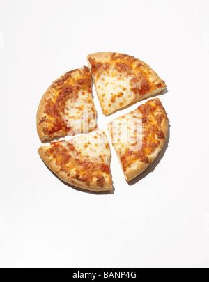 In Scheiben geschnittenen Käse Pizza auf weißem Hintergrund Stockbild