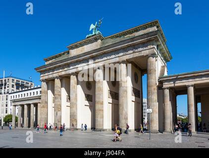 Das Brandenburger Tor (Brandenburger Tor) aus dem Platz des 18 Marz, Mitte, Berlin, Deutschland Stockbild