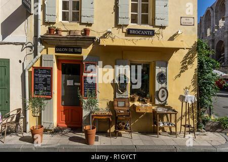 Salon de Die, Antiquariate, Rue Voltaire, Arles, Provence Stockbild