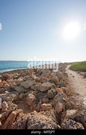 Cap de Ses Salines, Mallorca, Spanien - Schöne warme Licht und einen einsamen Weg am Strand von Ses Salines Stockbild