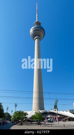 Der Fernsehturm (Fernsehturm) am Alexanderplatz, Berlin, Deutschland Stockbild