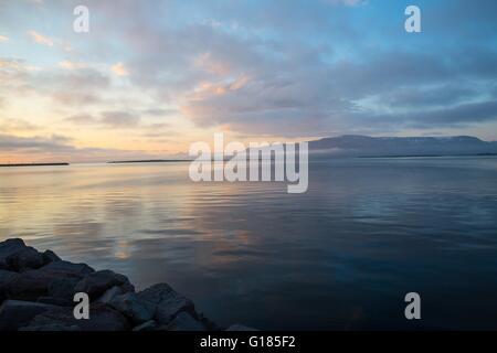 Blick über Meer und dramatischer Himmel bei Sonnenuntergang, Reykjavik, Island Stockbild