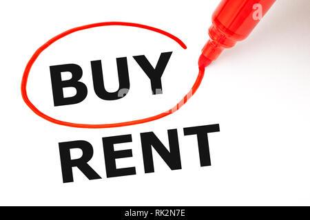Wählen anstelle von Mieten, Kaufen. Option mit roter Markierung auf weißem Papier ausgewählt kaufen. Stockbild