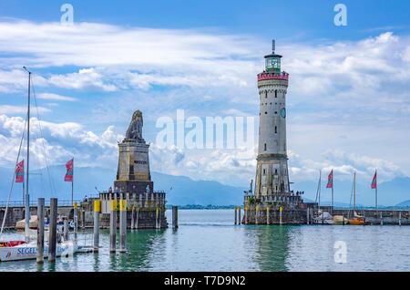 Lindau im Bodensee, Bayern, Deutschland, Europa - Blick auf den Hafen Eingang mit dem Bayerischen Löwen und dem Leuchtturm. Stockbild