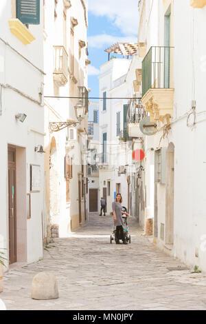 Gallipoli, Apulien, Italien - Schöne Aussicht in eine traditionelle Lane von Gallipoli Stockbild