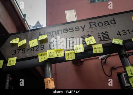 Aufkleber Beschriftungen in einem straßenschild in Hennessy Road. Demonstranten März während der bürgerlichen Menschenrechte vor März. Hong Kong Demonstranten versammelten für ein weiteres Wochenende der Proteste gegen die umstrittene Auslieferung Rechnung und mit einer wachsenden Liste von Beschwerden, die der Aufrechterhaltung des Drucks auf Chief Executive Carrie Lam. Stockbild