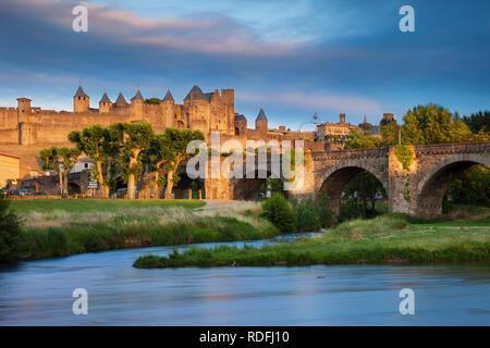 Einstellung Sonnenlicht über die mittelalterliche Stadt Carcassonne und den Fluss Aude, Royal, Frankreich Stockbild