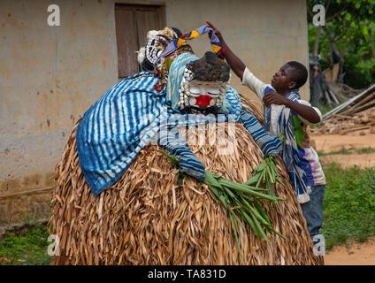 Wir Gueré heilige Maske Tanz während einer Zeremonie, Guémon, Bangolo, Elfenbeinküste Stockbild