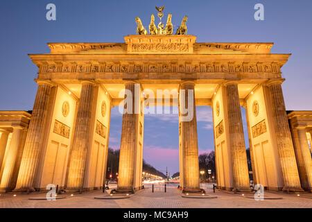 Das Brandenburger Tor ist ein aus dem 18. Jahrhundert neoklassischen Wahrzeichen Denkmal für die westlich von Pariser Platz im westlichen Teil Berlins. Stockbild