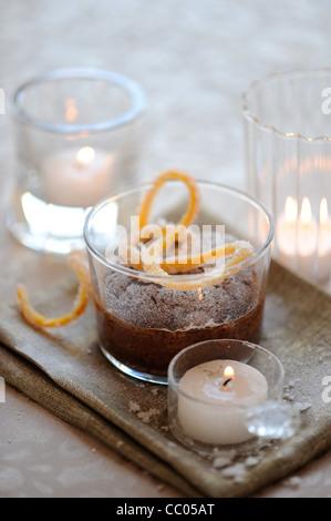 Schokoladenkuchen mit Orangen Skins Stockbild