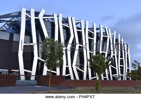 Caja Vital Kutxa Bank - modernes Gebäude außen Stahl Fassadenverkleidung. Durch Mozas Aguirre Architekten in Gijon Spanien Europa ausgelegt. Stockbild