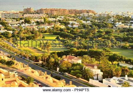 Golfplatz Almerimar - Seaside Resort, grünen Tal mit Hotels und Wohnblocks. In der Provinz von Almeria, Andalusien, Südspanien. Stockbild