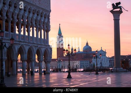 Markusplatz und die Kirche San Giorgio Maggiore vor Sonnenaufgang, Venedig, Venetien, Italien Stockbild