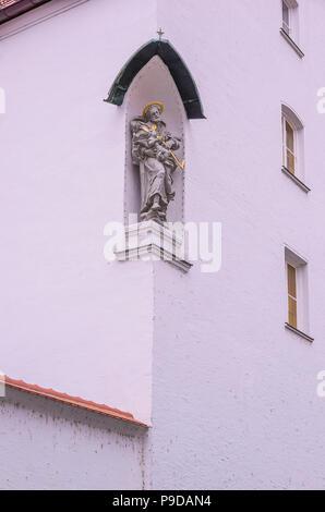 Augsburg, Bayern, Deutschland - Skulptur an der Außenseite des Kloster der Franziskanerinnen von Maria Stern. Stockbild