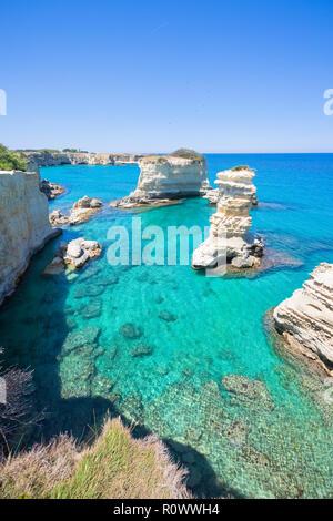 Sant Andrea, Apulien, Italien - Erosion der Küstenlinie um die Felsen geformt Stockbild