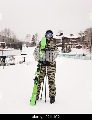 Mann auf Skipisten mit Skiern Stockbild