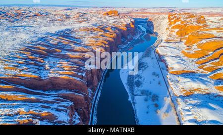 Colorado River und das Portal im Winter, in der Nähe von Moab, Utah, Poison Spider Mesa auf der linken Seite Stockbild