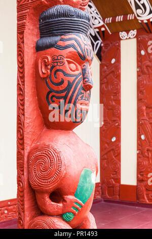 Maori Carving mit Gesichts Tätowierungen, Wahiao, Whakarewarewa Thermal Village, Rotorua, North Island, Neuseeland, Pazifische Stockbild