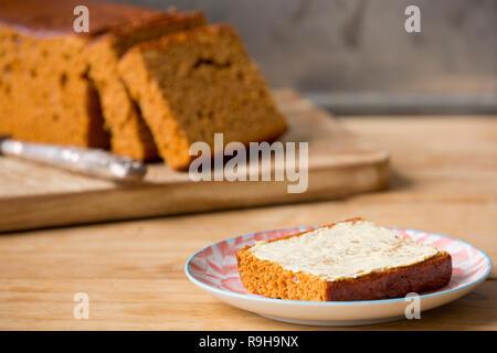 Scheiben von 'Ontbijtkoek' spice traditionelle holländische Brot mit Butter. Stockbild