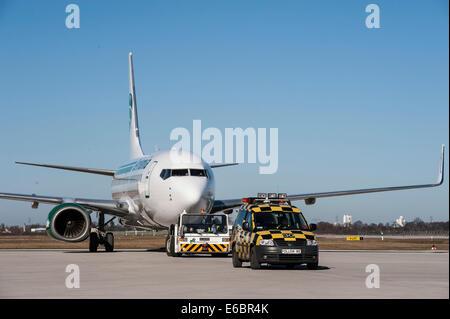 Flugzeuge mit einem Follow-me Auto, Flughafen Berlin Brandenburg International BBI, Berlin, Deutschland Stockbild