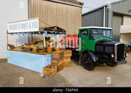 1935 Dennis Shell-Mex und BP fuel Tanker neben einem traditionellen Obst und Gemüse' am 77. Goodwood GRRC Mitgliederversammlung, Sussex, UK. Stockbild