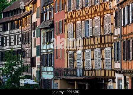 Mittelalterliche Gebäude neben dem Kanal, Petite France, UNESCO-Weltkulturerbe, Straßburg, Elsass, Frankreich, Europa Stockbild