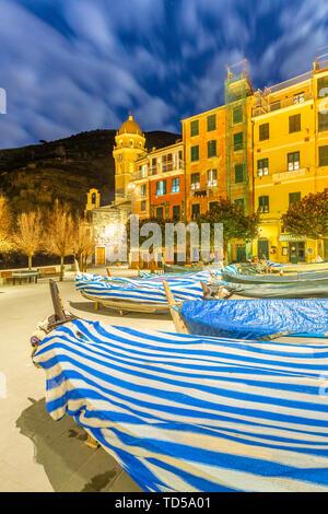 Traditionelle Boote mit der Kirche von Vernazza im Hintergrund, Cinque Terre, UNESCO-Weltkulturerbe, Ligurien, Italien, Europa Stockbild