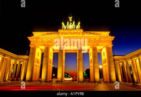 Historischen Tor Brandenburger Tor bei Nacht Paris Square, Berlin, Deutschland Stockbild