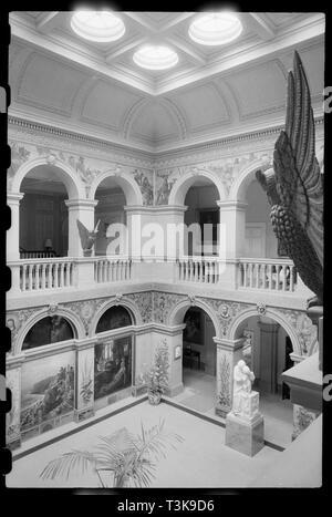 Wallington Hall, in der Nähe von Cambo, Northumberland, c 1968 - c 1980. Eine Innenansicht von Wallington Hall, zeigt die zentrale Halle in der zweiten Etage des Hauses gesehen. Das Haus wurde im Jahre 1688 Unterstützungspfeiler für Sir William Blackett auf dem Gelände einer ehemaligen Fenwick Haus. Es wurde um 1735-1745 für Sir William Calverley Blackett Renoviert, Und wieder zwischen 1853 und 1854 von John Dobson. Die zentrale Halle war ursprünglich ein offener Hof, wurde aber über die Zimmer zu erstellen. Es ist durch die pre-raphaelite Wandmalereien umgebenen, meist von William Bell Scott, einem Schottischen Pre-Raphaelite Künstler, mit einem Panel von Jo Stockbild