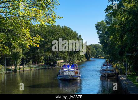 Fluss-Kreuzfahrt auf dem Landwehrkanal im Tiergarten, Berlin, Deutschland Stockbild