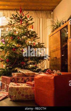 Geschmückten Weihnachtsbaum mit Christbaum Kugeln, Kerzen und Geschenke Stockbild