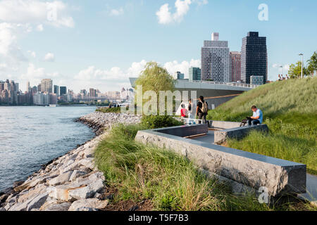 Spur durch die maritime Grasland. Hunters Point South Park, New York, United States. Architekt: SWA/Balsley in Zusammenarbeit mit Weiss/Manfredi, Stockbild