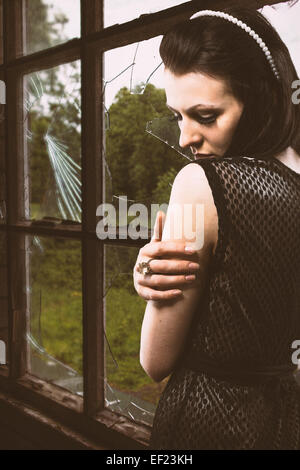 Junge Angst Frau in einem verfallenen Gebäude Stockbild