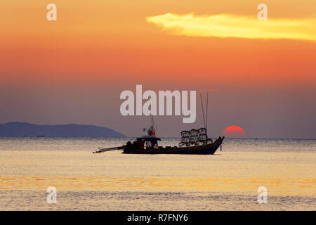 Blick auf den Sonnenuntergang von der Buffalo Bay, Koh Phayam, Thailand Stockbild
