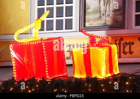 Beleuchtete Weihnachten Pakete, Weihnachtsdekoration bei Dämmerung, Bremen, Deutschland, Europa ich Weihnachtspakete, beleuchtete Weihnachtsdekoration bei Abend Stockbild