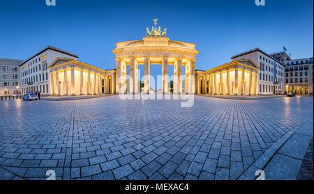 Klassische Panoramablick auf den berühmten Brandenburger Tor leuchtet während Blaue Stunde in der Dämmerung, zentrale Berlin Mitte, Deutschland Stockbild