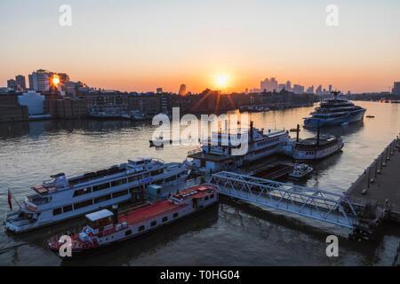 England, London, Dämmerung über die Docklands und die Themse Stockbild