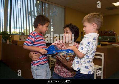 Serie von 8 Bildern. Zwei Jungen kämpfen um den Besitz von Spielzeug Vorschullehrer erläutert Konzept des Teilens. Herr © Myrleen Pearson..... Ferguson Cate Stockbild