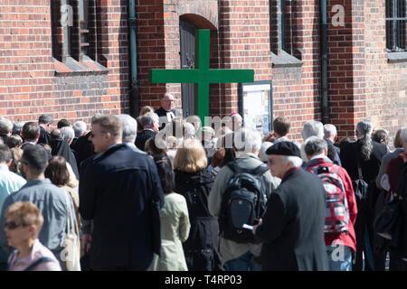 19 April 2019, Berlin: Ein hölzernes Kreuz steht vor dem Beginn der ökumenischen Karfreitagsprozession am St. Mary's Church. Von dort die Gläubigen ging schweigend auf den Gendarmenmarkt, wo Erzbischof Koch und Bischof Dröge den Segen gab. Foto: Paul Zinken/dpa Stockbild